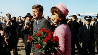 Jackie y John F Kennedy a su llegada al aeropuerto de Dallas / Gtres