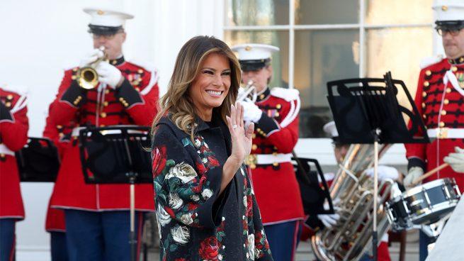 Melania Trump inicia la Navidad con un polémico look