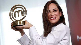 Tamara Falcó posa con el trofeo que la acredita como ganadora de 'Masterchef Celebrity 4' / Gtres