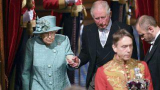 La reina Isabel II, junto a su hijo Carlos de Inglaterra, y el marqués de Cholmondeley, transportando la corona imperial (Foto: Gtres)