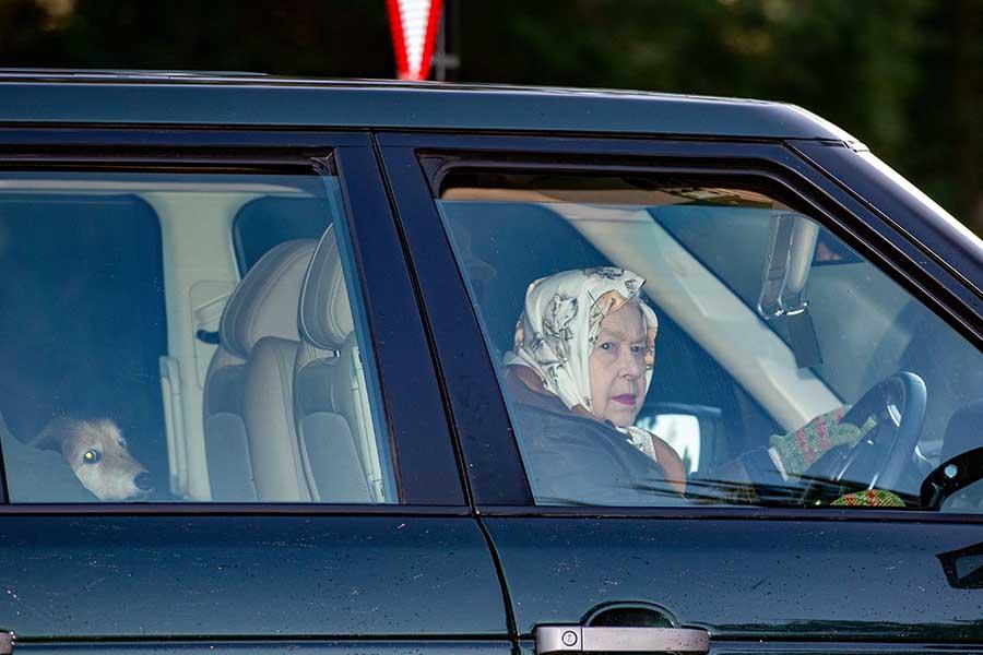 La reina Isabel II conduciendo su propio coche de camino a una cacería / GTRES