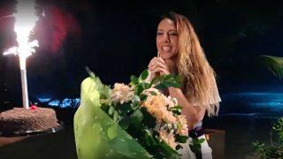 Mónica Naranjo es sorprendida en 'La Isla de las Tentaciones' (Foto: Telecinco)