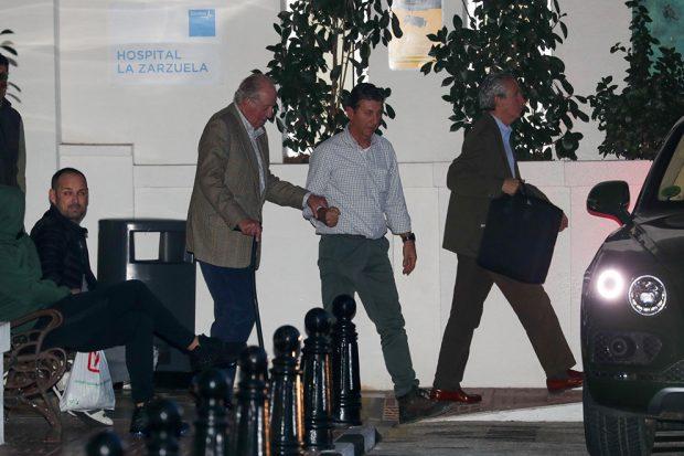El rey Juan Carlos visitando a su sobrina Simoneta Gómez-Acebo en el hospital