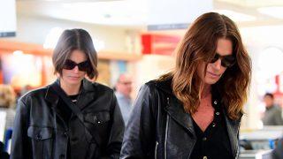 Kaia Gerber y Cindy Crawford en el aeropuerto de Nueva York / Gtres