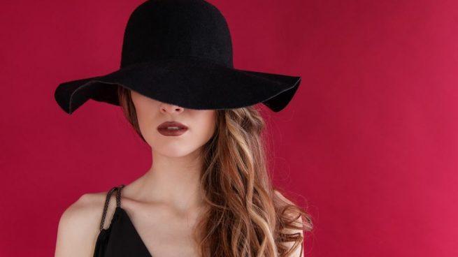 No podemos dejar de hablar del estilo gótico sin dejarnos de maquillar con labios en negro.