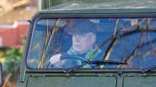 El príncipe Andrés conduciendo por Sandringham, al norte de Inglaterra (Foto: Gtres)
