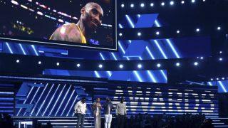La cantante Alicia Keys rinde homenaje a Kobe Bryant durante la gala de los Premios Grammy (Foto: Gtres)