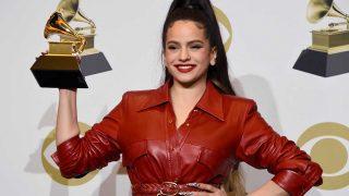 Rosalía posa con su Grammy / G