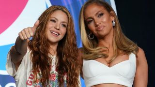 Shakira y Jennifer Lopez posan durante la presentación de su actuación en la Super Bowl/ Gtres
