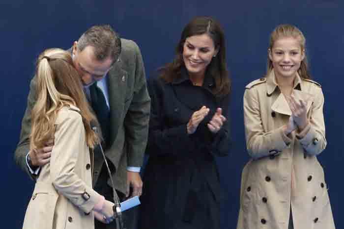 La reina Letizia sonriendo de manera natural junto a su marido y sus hijas durante la visita a Asiego en Octubre / GTRES
