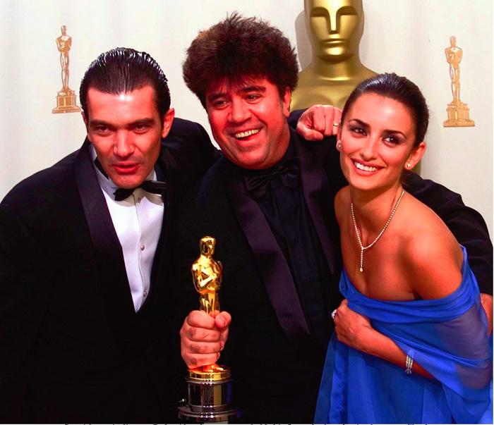Pedro Almodóvar junto a Antonio Banderas y Penélope Cruz tras ganar el premio Oscar por 'Todo sobre mi madre' / GTRES