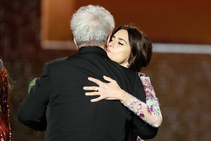 Penélope Cruz y Pedro Almodóvar durante los Premios Goya / GTRES