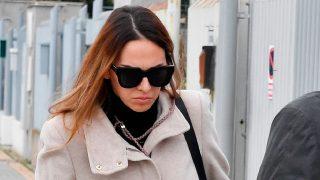 Un día después, Irene Rosales ha regresado al tanatorio ocultando su rostro con unas grandes gafas de sol/Gtres
