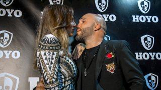 Un romántico gesto de Kiko RIvera e Irene Rosales durante un 'photocall'/ Gtres