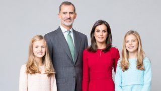 Los Reyes han posado con sus hijas para esta nueva colección de fotografías / Casa Real