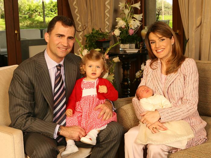 El primer posado oficial de don Felipe y doña Letizia junto a sus hijas tras el nacimiento de la Infanta Sofía / GTRES