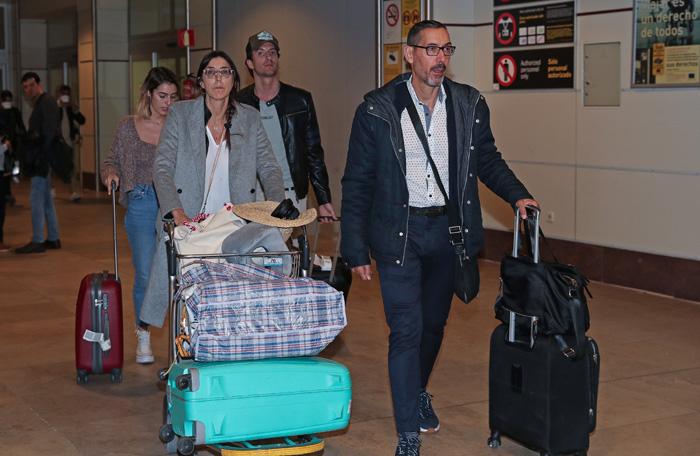 Paz Padilla y Anna Ferrer junto a sus respectivas parejas llegando de viaje hace solo unos días / GTRES