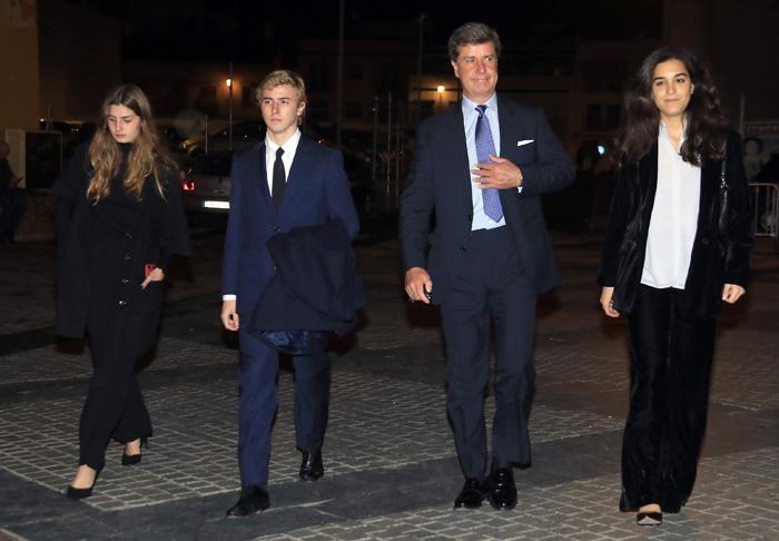 Cayetano Martínez de Irujo junto a sus hijos y su pareja, Bárbara Mirjan / GTRES