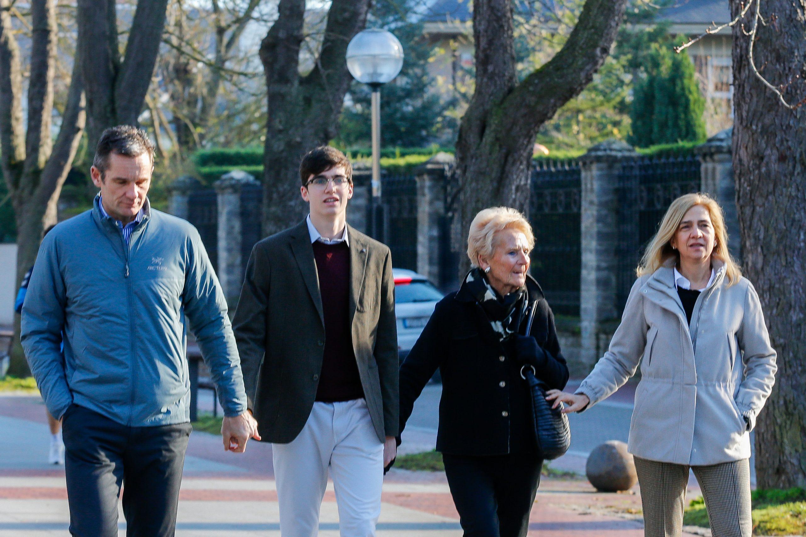 Iñaki Urdangarin paseando en familia durante su primer permiso / GTRES