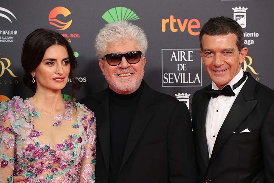 Pedro Almodóvar junto a Antonio Banderas y Penélope Cruz durante los premios Goya / GTRES