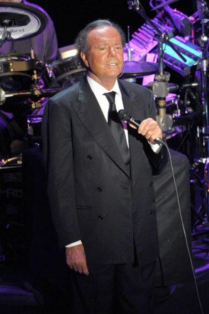 El cantante Julio Iglesias durante su concierto con motivo del Starlite Festival de Marbella en agosto de 2014/Gtres