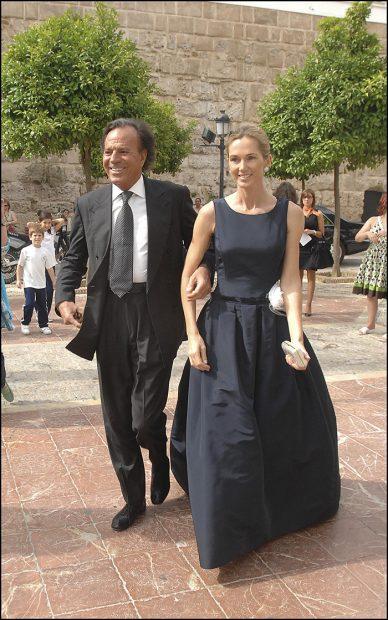 Julio Iglesias junto a su mujer Miranda Rijnsburger en un evento en Marbella/Gtres