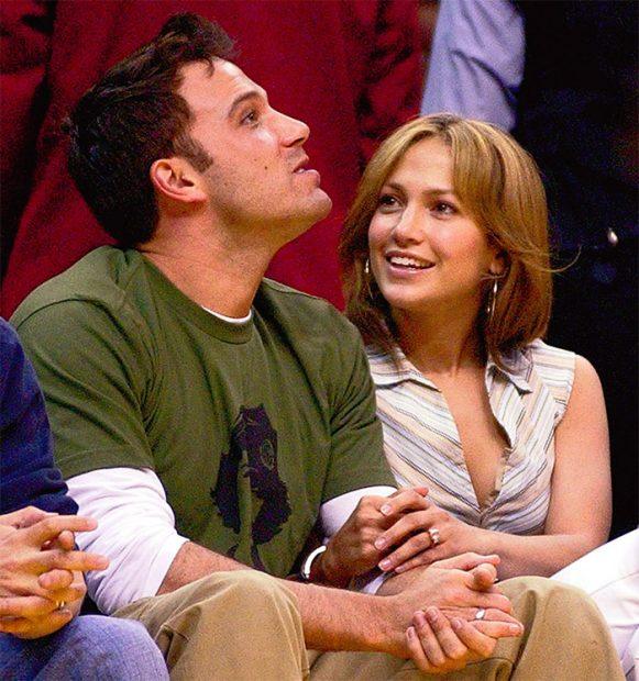 Ben Affleck y Jennifer Lopez se muestran muy cariñosos en cualquier partido que presenciaban de la NBA. Como buenos aficionados al baloncesto estadounidense, los actores acudían a menudo a los partidos de la NBA en Los Ángeles. Esta imagen de archivo es del encuentro entre San Antonio Spurs y Los Ángeles Lakers en la semifinal de Conferencia, donde venció el equipo local para empatar la serie a dos en marzo de 2003. / GTres