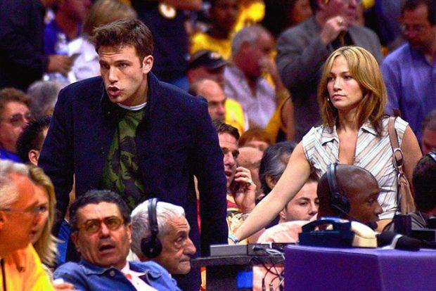 Ben Affleck y Jennifer Lopez buscando sitio para ver el encuentro entre los San Antonio Spurs y Los Ángeles Lakers en la semifinal de Conferencia, donde venció el equipo local para empatar la serie a dos en marzo de 2003. / GTres