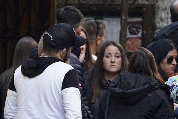 Rocío Flores con unos amigos por las calles de Granada en una imagen de archivo / GTres
