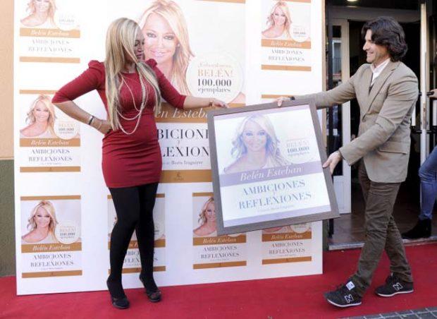 Belén Esteban y Toño Sanchís con su libro 'Ambiciones y reflexiones'/Gtres