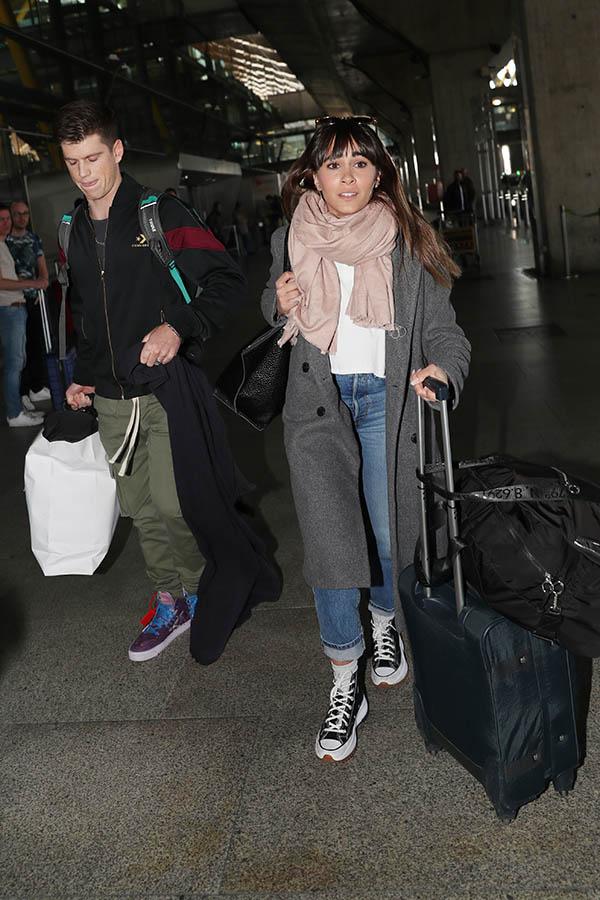 Aitana Ocaña y Miguel Bernardeau a su llegada a Madrid / GTRES
