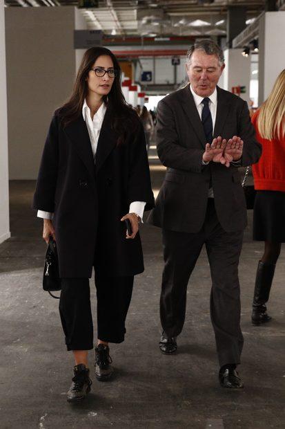 El exministro José María Michavila y Rachel Valdés recorriendo los pasillos de Ifema con motivo de ARCO/Gtres