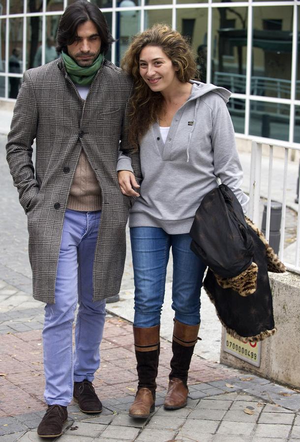 Estrella Morente y Javier Conde abandonando el hospital en el que falleció Enrique Morente / GTRES