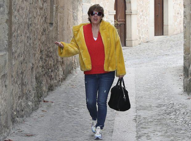 Anabel Alonso dando un paseo por un pueblo ubicado en la zona norte de Madrid el año pasado / GTres