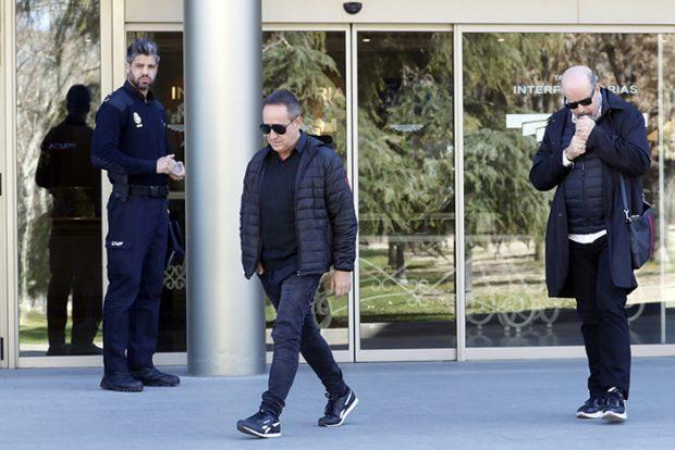 De riguroso negro, Víctor Sandoval no puede ocultar el dolor en su rostro/Gtres