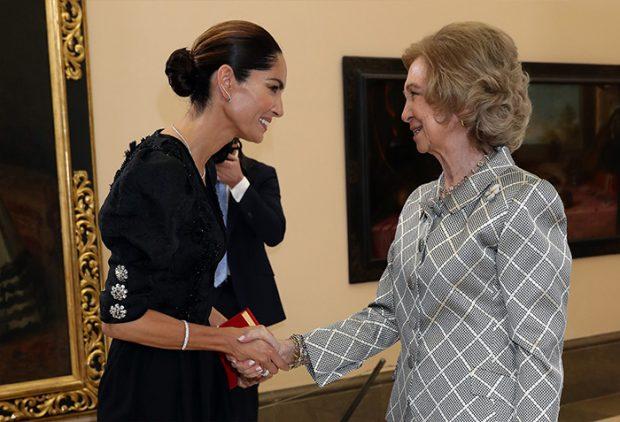 La reina Sofía saludó uno por uno a todos los invitados de los Premios Iberoamericanos de Mecenazgo , entre ellos la modelo Eugenia Silva / GTres