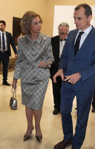La mujer de don Juan Carlos se paró a hablar con todo el mundo. En este caso cambió impresiones con el ministro de Ciencia, Innovación y Universidades, Pedro Duque / GTres