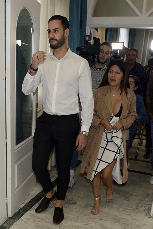 Isa Pantoja junto a Asraf Beno a su llegada al último desfile del modelo / GTRES