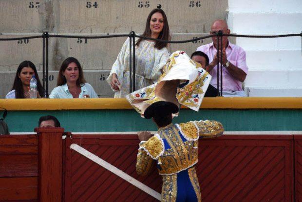 Eva González en el tendido viendo a Cayetano Rivera/Gtres