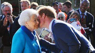 La reina Isabel y el duque de Sussex en una imagen de archivo / Gtres