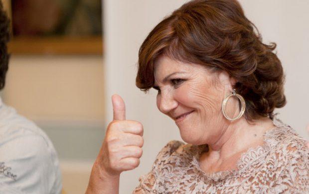 Así queremos volver a ver a Dolores Aveiro, con su sonrisa y levantando el pulgar hacia arriba. Imagen de Archivo / GTres