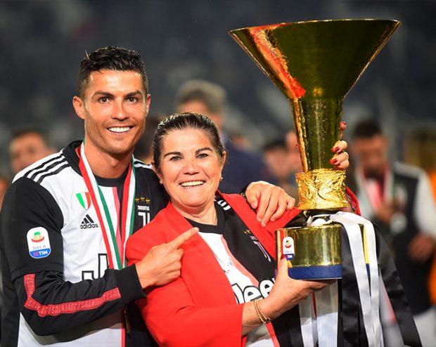 Cristiano Ronaldo y su madre Dolores Aveiro con el título de la Serie A / GTres