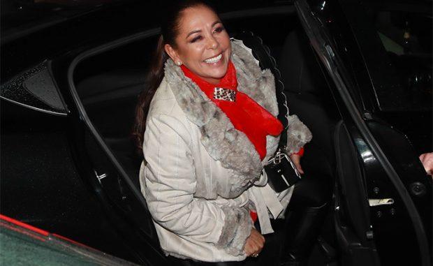 Isabel Pantoja en un coche muy sonriente / GTres