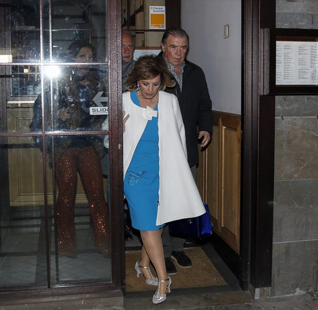 María Teresa y sus acompañantes durante la cena saliendo del restaurante / GTres