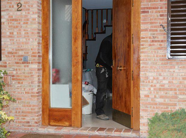 El cerrajero enviado por Belén Esteban ha estado cambiando todas las cerraduras de la casa / GTres