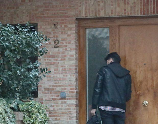 Toño Sanchís al cerrar la puerta de la casa que tenía que abandonar / GTres