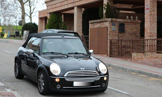 Toño Sanchís en su propio coche tras abandonar su casa / GTres