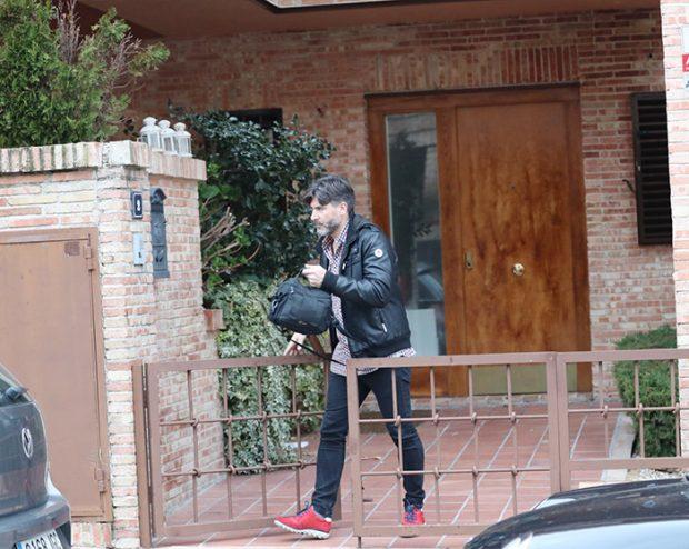 El exrepresentante de Belén Esteban saliendo por la verja del domicilio / GTres