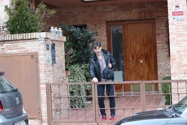 Toño Sanchís a la salida de la casa, propiedad de Belén Esteban / GTres