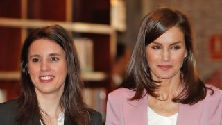 La reina doña Letizia e Irena Montero a su llegada al acto / Gtres